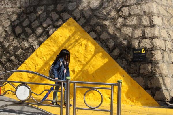 눈에 확 띄는 노란색 옐로우 카펫.