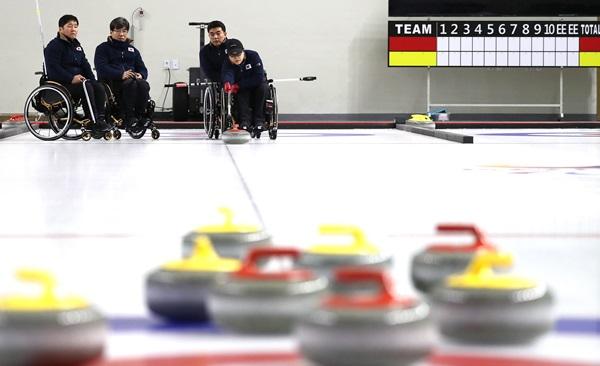 대한민국 휠체어컬링 국가대표 선수들의 훈련 장면.(출처=뉴스1)