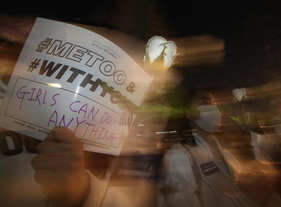 지난 8일 제110주년인 여성의날 서울 마포구 홍대입구역 인근에서 열린 '제1회 페미 퍼레이드' 참가자들이 '미투(METOO)&위드유(WITHYOU)'운동을 지지하는 흰색 장미를 들고서 행진하고 있다. <저작권자(c) 연합뉴스, 무단 전재-재배포 금지>