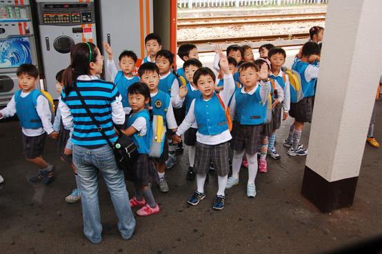 2006년 경주를 찾은 어린 학생들. 이 당시만 해도 한 가정 평균 2명 자녀가 일반적이었다. 그러나 최근 출산동향에 따르면 여성이 평생 가질 것으로 예상되는 평균 자녀 숫자는 1명 안팎에 불과하다. (제공=리넉스)