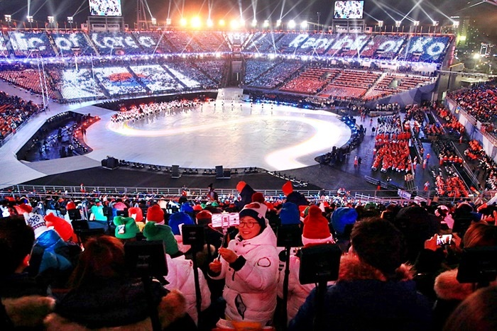 평창패럴림픽 개막식을 즐기는 관객들의 모습