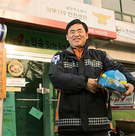 박승균 소방위가 근무지인 남양주소방서 와부 119 안전센터 앞에서 미소를 짓고 있다. ⓒC영상미디어