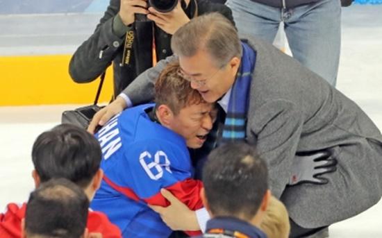17일 패럴림픽 아이스하키 선수들이 동메달을 따자 대통령이 선수를 축하하고 있다.(출처=청와대 페이스북)