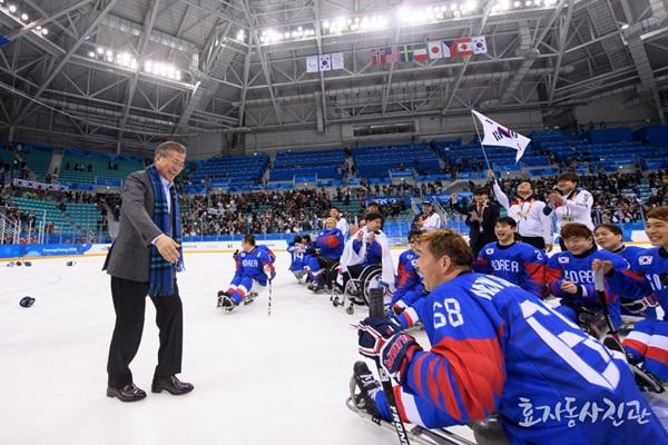 17일 패럴림픽 아이스하키 선수들이 동메달을 따자 대통령이 선수들을 축하하기 위해 링크 위로 걸어오고 있다.(출처=청와대 페이스북)