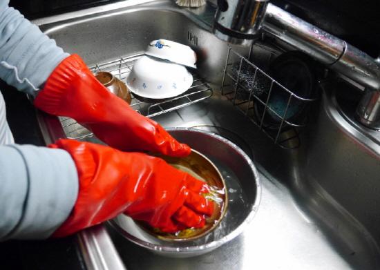 설거지를 할 때 통에 물을 담아 그릇을 씻으면 물 절약에 도움이 된다.