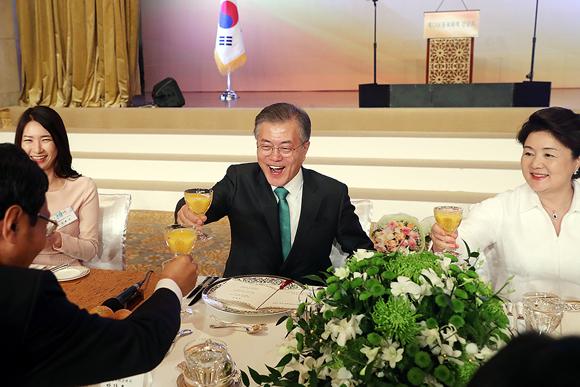 문재인 대통령과 부인 김정숙 여사가 25일 오후 (현지시간) 아부다비 시내 한 호텔에서 열린 재UAE 동포와의 간담회에서 참석자들과 건배하고 있다.