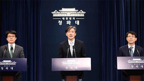 청와대 조국 민정수석(가운데)이 3월 21일 춘추관 대브리핑실에서 문재인 대통령이 발의할 개헌안을 설명하고 있다. 왼쪽부터 진성준 정무기획비서관, 조 수석,김형연 법무비서관 ⓒ연합