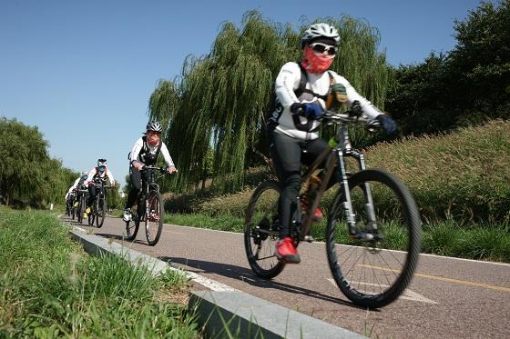 안양천 둔치 영등포구 지역에 조성된 자전거도로를 달리고 있는 시민들의 모습.(사진=저작권자(c) 연합뉴스, 무단 전재-재배포 금지)