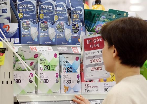 서울의 한 마트에 진열된 마스크를 고르고 있는 고객.(사진=저작권자(c) 연합뉴스, 무단 전재-재배포 금지)
