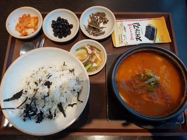 푸드코트에서 먹은 출국 전 마지막 한식, 김치찌개.