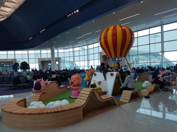 어린이들을 위한 놀이공간도 마련돼 있다.