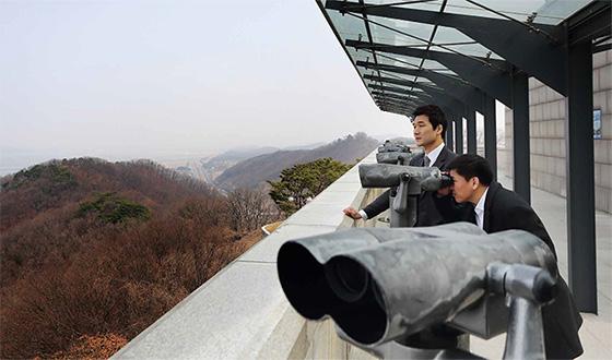 주승현 교수와 김태정 사무차장이 파주 오두산 통일전망대에서 북녘 땅을 바라보고 있다.(사진=C영상미디어)