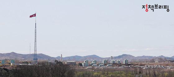 자유의 마을 마을회관 옥상에서 바라본 북한. 국기게양대는 물론 기정동마을, 개성공단 등이 한 눈에 보인다. 자유의 마을과 기정동 마을 사이의 거리는 800m밖에 되지 않는다.
