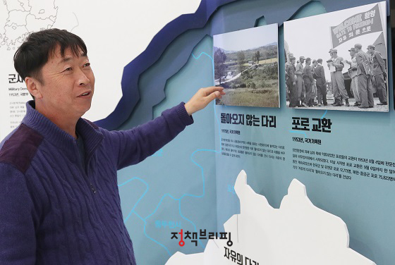 김동구 이장이 '마을기록관'에서 마을의 역사를 설명하고 있다.