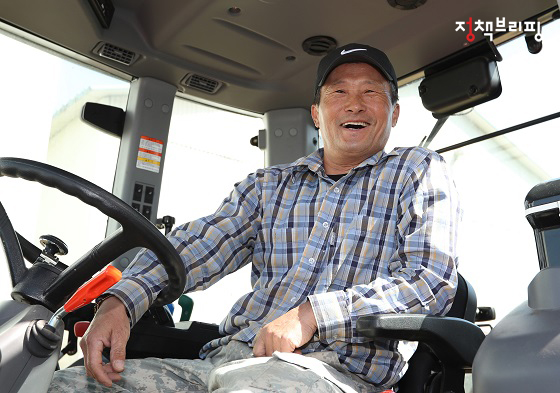마을주민인 전창복 씨가 농사일을 마치고 환하게 웃고 있다.