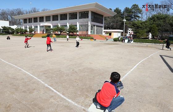비무장지대 내 하나뿐인 '대성동초등학교' 모습. 아이들이 운동장에서 체육시간을 보내고 있다.