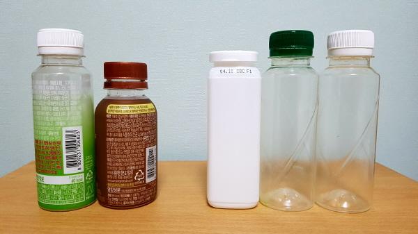 좌측 음료수 병들에 붙어있는 비닐 라벨을 분리해서 우측 음료수 병처럼 만들어 버려야하지만 비닐을 제거하는게 쉽지 않았다.