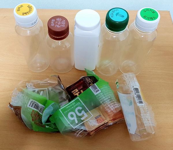 플라스틱 병에 붙어있는 비닐 라벨도 분리해서 플라스틱과 비닐로 각각 버려야 한다.