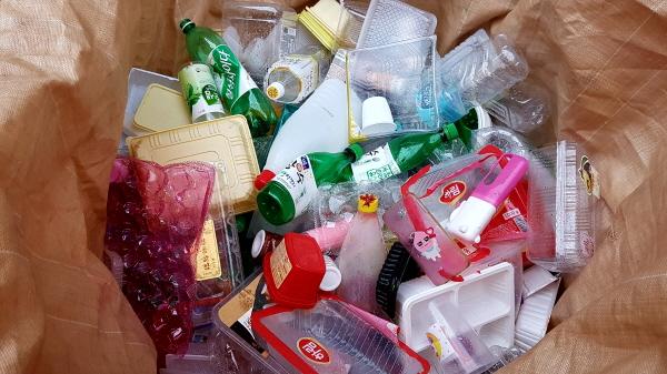 플라스틱이라고 버리지만 페트병에 붙은 라벨지는 분리해서 비닐로 버려야 한다.