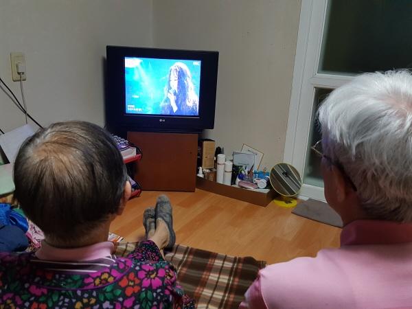 TV에서 우리측 평양공연을 시청 중인 부모님