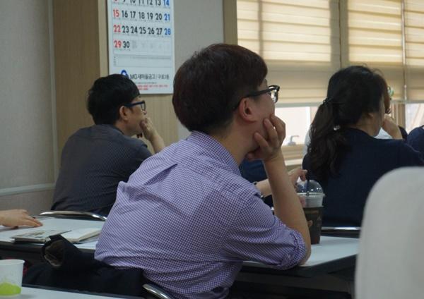 (구로구 건강가정지원센터 부모교육에 참석한 아빠들이 집중하여 듣고 있는 모습)