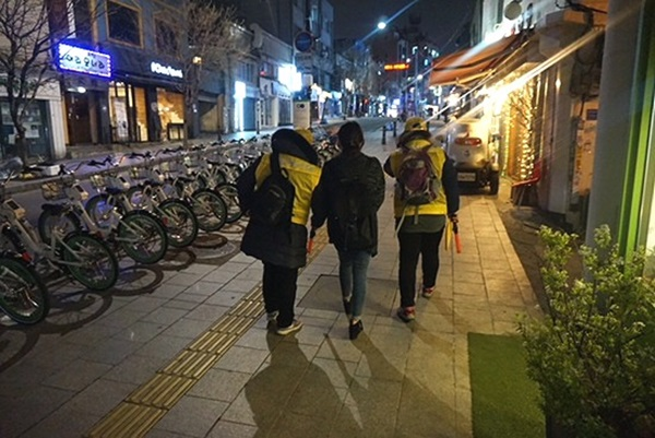 노란 옷을 입은 스카우트와 만나다.