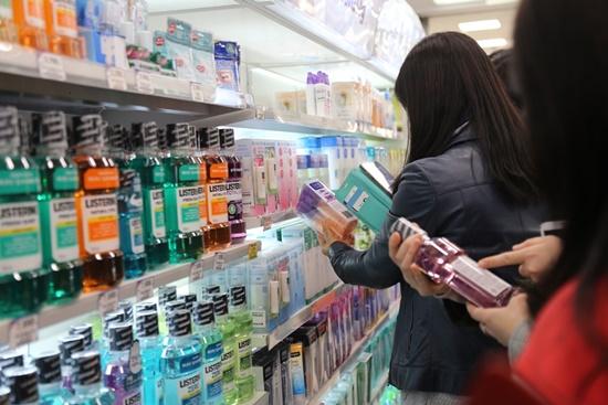 영등포 홈플러스 매장에서 행복드림 바코드 인식을 통해 물품 정보를 확인하는 정책기자단