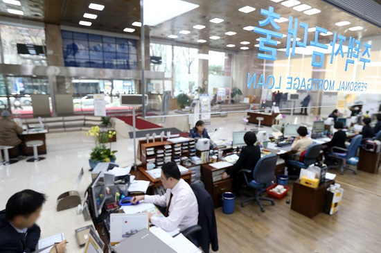 한 은행의 영업부 창구에서 고객들이 상담을 하고 있는 모습.(사진=저작권자(c)연합뉴스.무단전재-재배포금지)