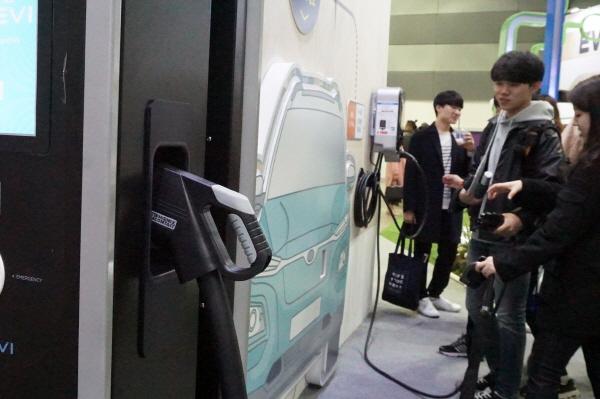 환경부 부스에서는 직접 전기차 충전기를 체험해 볼 수 있었다.
