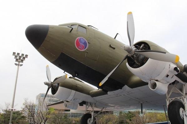 C-47 비행기.