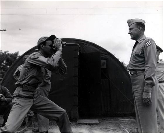 사진은 1953년 6월 대표단을 찍는 기자의 모습이다. 왼쪽의 기자는 '텔레뉴스(Telenews)' 소속 웨이드 빙햄(Wade Bingham)이고 오른쪽의 군인은 유엔군 대표단의 일원이었던 미 육군의 랠프 오스본(Ralph M. Osborne) 준장이다. 웨이드 빙햄이 촬영한 영상과 사진은 미국 CBS를 통해 방영됐다. (사진 = 국사편찬위원회)
