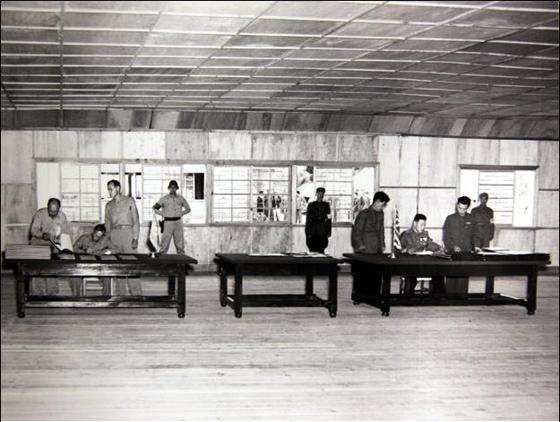 사진은 1953년 7월 27일 판문점에서 열린 휴전협정 조인식 모습. 왼쪽 책상에 앉은 사람이 유엔군 수석대표 윌리엄 해리슨(William K. Harrison Jr.) 중장이고 오른쪽 책상에 앉은 사람이 공산군 수석대표 남일 대장이다. 1953년 7월 27일 미군이 촬영한 사진으로, 국사편찬위원회가 미국 국립문서기록관리청(NARA)에서 수집했다. (사진 = 국사편찬위원회)