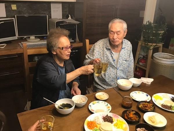 아버지는 남북정삼회담을 코 앞에 두고 결혼 60주년을 맞아 엄마와 건배를 하고 계신다
