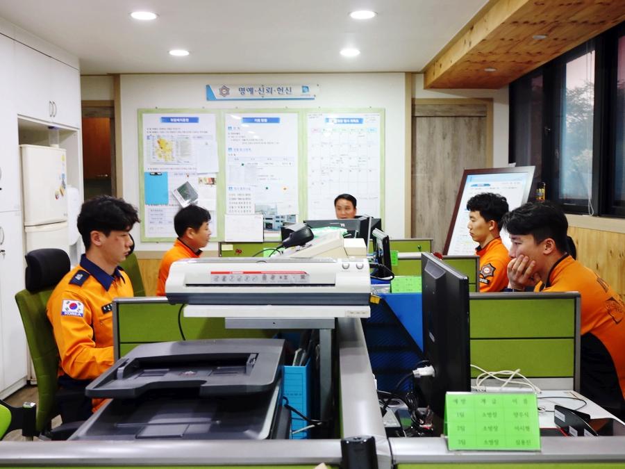 소방관들은 훈련과 행정업무, 구조업무 등을 담당하고 있다