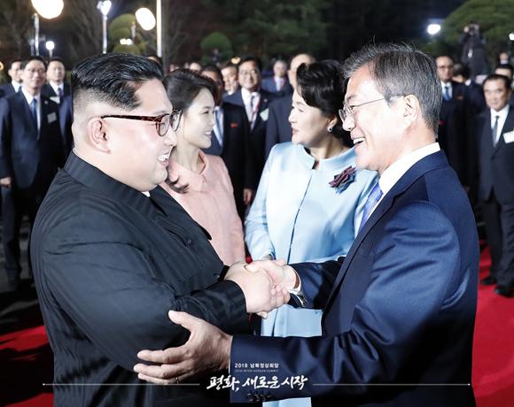 문재인 대통령이 27일 오후 판문점 평화의 집 앞에서 에서 열린 환송 공연이 끝난 뒤 떠나는 김정은 국무위원장과 악수하고 있다.