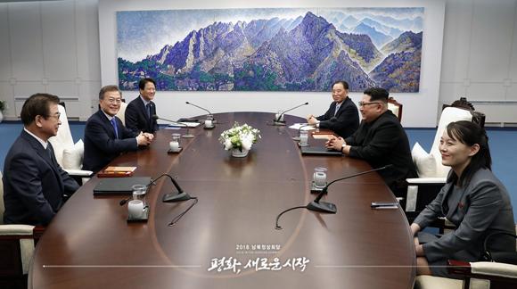 문재인 대통령과 북한 김정은 국무위원장이 27일 경기 파주시 판문점 평화의 집에서 열린 2018남북정상회담에서 환담하고 있다.
