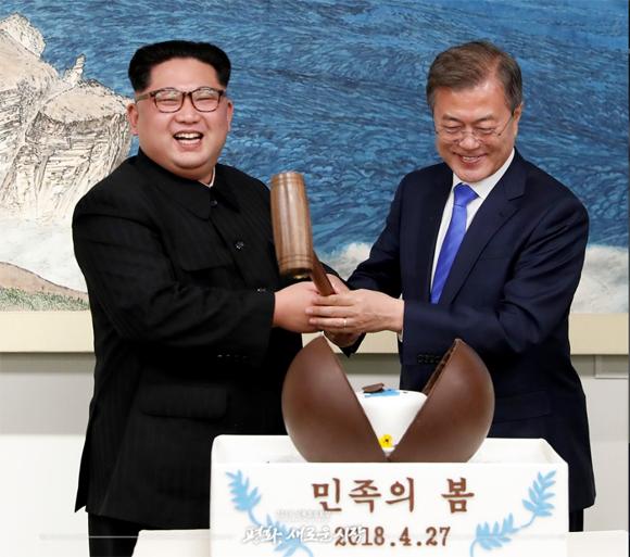 지난 4월 27일 오후 문재인 대통령과 김정은 국무위원장이 함께 나무망치를 들고 디저트인 초콜릿 원형돔 '민족의 봄'을 열고 있다. <제공=공동취재단>