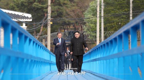 지난 4월 27일 오후 공동 식수를 마친 후 '도보다리'까지 산책을 하며 담소를 나누는 문재인 대통령과 김정은 국무위원장. <제공=공동취재단>