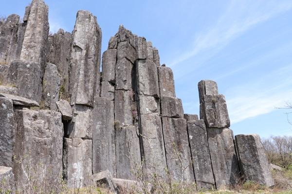 30여 개의 돌기둥이 나열한 입석대(선돌)