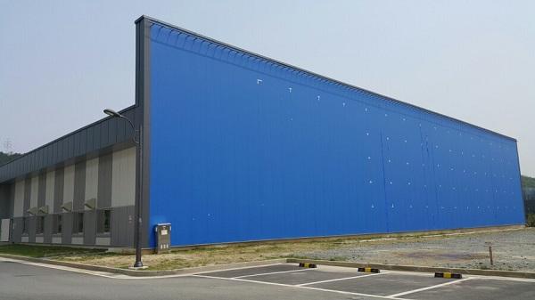 1,339평 야외촬영장에 설치된 파란색의 크로마키 1면의 모습이다.