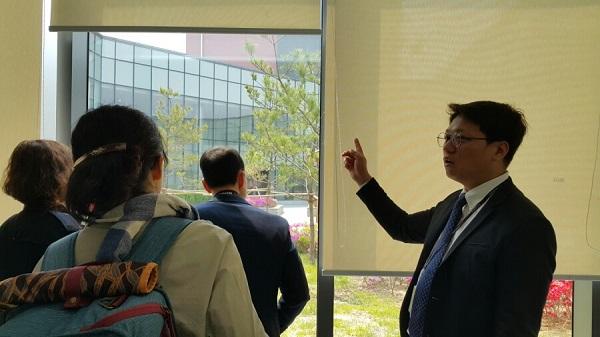 남현진 담당자님께서 건물 중앙의 쉼터를 설명하고 있는 모습.