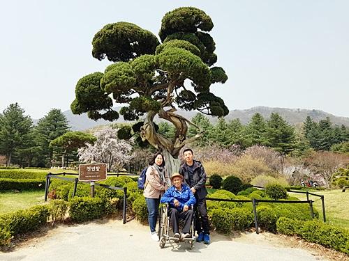 아침고요수목원 천년이 되었다는 천년향 앞에서 기념사진 촬영