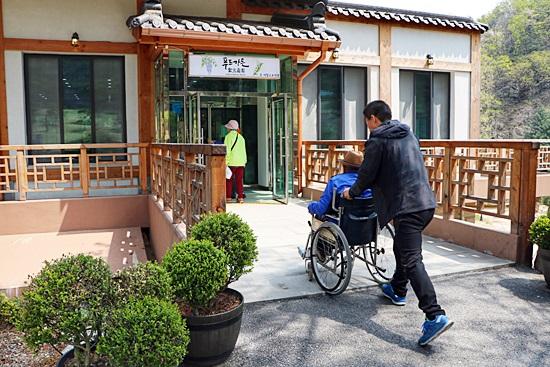 아침고요수목원 내 식당으로 쉽게 들어가는 휠체어의 모습