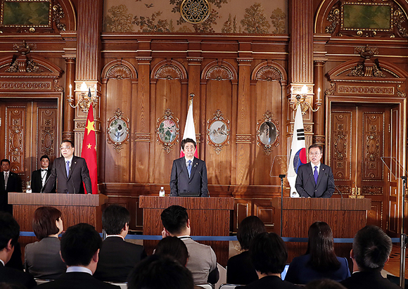 문재인 대통령이 9일 오전 일본 도쿄 영빈관 '카초노마'에서 열린 제7차 한·일·중 정상회의 공동언론 발표에서 발언하고 있다.<사진=청와대>