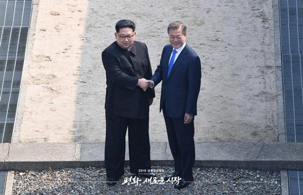 4월 27일 오전 문재인 대통령과 김정은 위원장이 판문점 군사분계선에서 악수를 하고 있다.(출처=청와대)