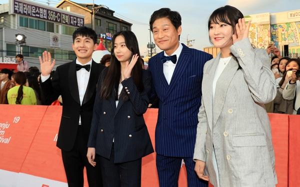 영화 '파도치는 땅'에 출연한 배우들.(출처=뉴스1)