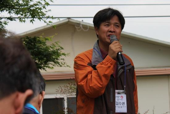탐방 해설을 맡은 김주현 경북대 교수가 시인 박목월을 소개하고 있다.