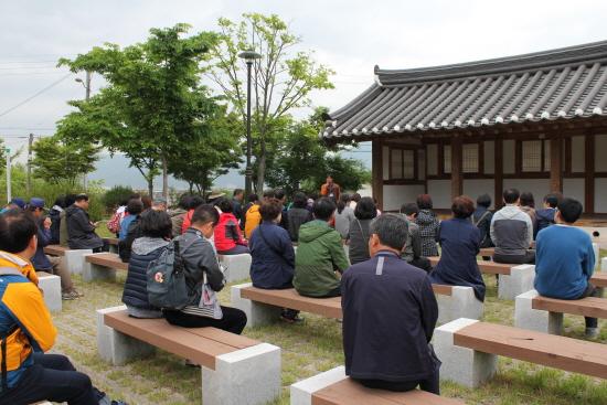 박목월 생가를 방문한 인문열차 참가자들.