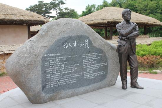 박목월 생가에 세워진 박목월 동상.