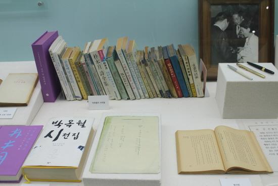 동리목월문학관의 목월관에 전시되어 있는 서적들.